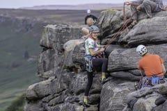 Grupo de montanhistas superiores na borda de Stanage, Reino Unido fotos de stock