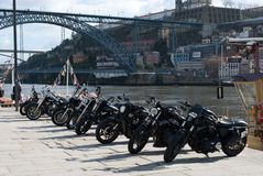 Grupo de motos con el puente en fondo Fotografía de archivo libre de regalías
