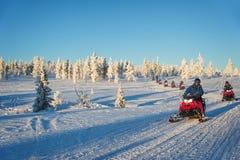 Grupo de motos de nieve en Laponia, cerca de Saariselka Finlandia fotografía de archivo