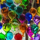 Grupo de Moulticoloured dos balões de vidro em uma loja do vidro artístico de Veneza, Itália imagens de stock royalty free