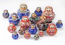 Grupo de muñecas jerarquizadas en el fondo blanco imagen de archivo libre de regalías