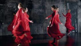Grupo de muchacha talentosa sonriente que baila junto, ensayo de la danza del grupo almacen de metraje de vídeo