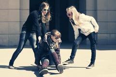 Grupo de muchachas adolescentes con el monopatín Foto de archivo