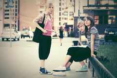 Grupo de muchachas adolescentes de la moda en la calle de la ciudad Imagenes de archivo