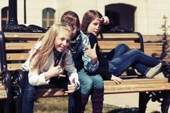 Grupo de muchachas adolescentes en la calle de la ciudad Imágenes de archivo libres de regalías