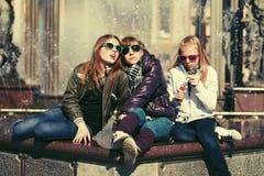 Grupo de muchachas adolescentes en la calle de la ciudad Fotos de archivo