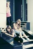 Grupo de muchachas adolescentes en los pasos Imagenes de archivo