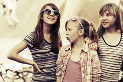 Grupo de muchachas adolescentes felices al aire libre Foto de archivo