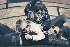 Grupo de muchachas adolescentes felices en calle de la ciudad Foto de archivo libre de regalías