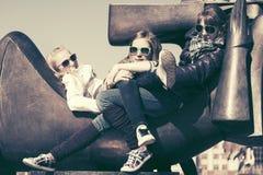 Grupo de muchachas adolescentes felices en calle de la ciudad Fotografía de archivo libre de regalías