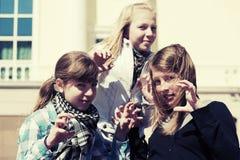Grupo de muchachas adolescentes felices en la calle de la ciudad Imagenes de archivo