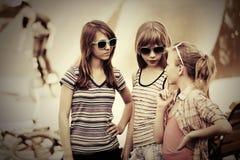 Grupo de muchachas adolescentes felices en la calle de la ciudad Imagen de archivo libre de regalías