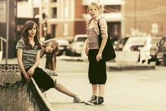 Grupo de muchachas adolescentes que caminan en calle de la ciudad Fotos de archivo libres de regalías