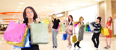 Grupo de muchachas de compras Fotografía de archivo libre de regalías