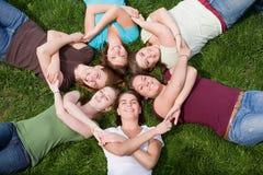 Grupo de muchachas de universidad imagenes de archivo