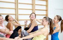 Grupo de muchachas después de sonreír y de hablar de entrenamiento Foto de archivo libre de regalías