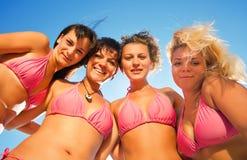 Grupo de muchachas en bikiníes fotos de archivo