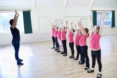 Grupo de muchachas en clase de baile de golpecito con el profesor Fotografía de archivo