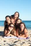 Grupo de muchachas en la playa Fotos de archivo libres de regalías
