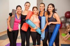 Grupo de muchachas en un estudio de la yoga Imágenes de archivo libres de regalías
