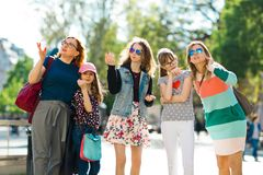 Grupo de muchachas que caminan con céntrico - señalando al interestin imagen de archivo libre de regalías