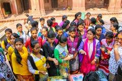 Grupo de muchachas que compran el paño en el patio de Jama Masjid, gordo Fotos de archivo libres de regalías