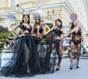 Grupo de muchachas que presentan en la calle Foto de archivo libre de regalías