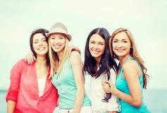 Grupo de muchachas que se enfrían en la playa Imagenes de archivo