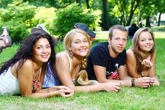 Grupo de muchachos y de muchachas del adolescente Imagen de archivo libre de regalías