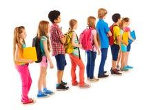 Grupo de muchachos y de muchachas que se colocan en la línea Imágenes de archivo libres de regalías