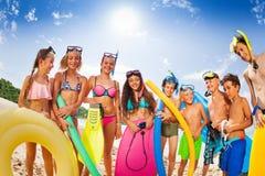 Grupo de muchachos y de muchachas de los niños en la playa Foto de archivo libre de regalías