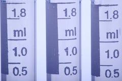 Grupo de mucho 1 herramientas plásticas del prueba de laboratorio del casquillo del tubo de 8 ml Imagen de archivo