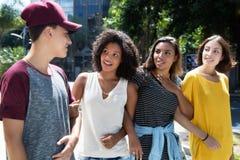 Grupo de mujer que habla con el hombre adulto joven Foto de archivo libre de regalías