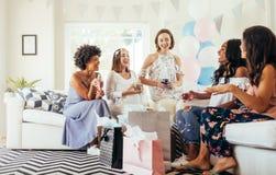 Grupo de mujeres étnicas multi en la fiesta de bienvenida al bebé foto de archivo libre de regalías