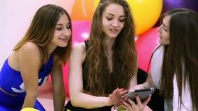Grupo de mujeres caucásicas alegres jovenes que usan la tableta en un club de fitness almacen de video