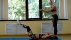 Grupo de mujeres delgadas que hacen aeróbicos en el gimnasio almacen de metraje de vídeo