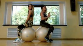 Grupo de mujeres delgadas que hacen aeróbicos en el gimnasio almacen de video