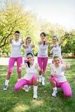 Grupo de mujeres deportivas con los pulgares para arriba Imagen de archivo libre de regalías