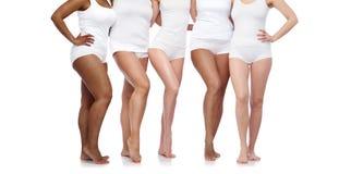 Grupo de mujeres diversas felices en la ropa interior blanca fotos de archivo libres de regalías