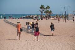 Grupo de mujeres en traje de baño que caminan en la playa Imagen de archivo