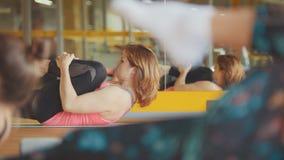 Grupo de mujeres en un entrenamiento del gimnasio con el instructor Imagen de archivo