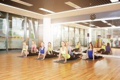 Grupo de mujeres jovenes en clase de la yoga Fotos de archivo libres de regalías