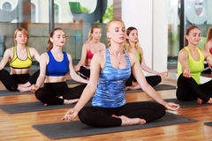 Grupo de mujeres jovenes en clase de la yoga Foto de archivo