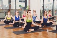 Grupo de mujeres jovenes en clase de la yoga Imágenes de archivo libres de regalías