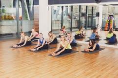 Grupo de mujeres jovenes en clase de la yoga Foto de archivo libre de regalías