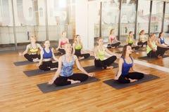 Grupo de mujeres jovenes en clase de la yoga Imagen de archivo