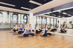 Grupo de mujeres jovenes en clase de la yoga Imagen de archivo libre de regalías