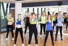 Grupo de mujeres jovenes en el club de fitness Foto de archivo libre de regalías