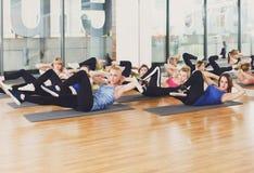 Grupo de mujeres jovenes en el club de fitness Imagen de archivo