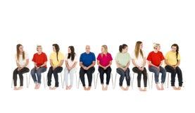 Grupo de mujeres jovenes en sillas Imagen de archivo